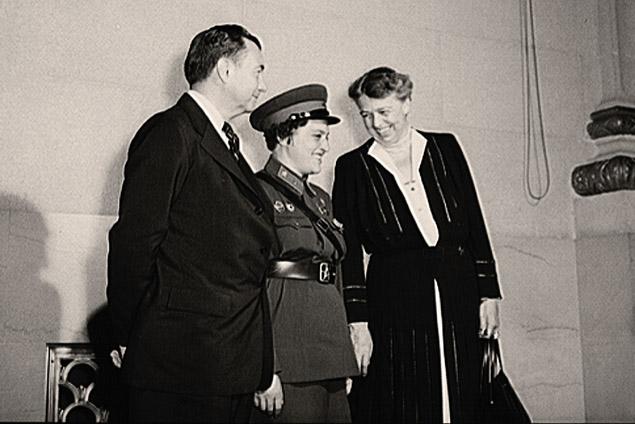 Дж. Р. Джексон, первая леди Э. Рузвельт и Л. Павлюченко в ходе выступления в Вашингтоне. Сентябрь 1942 года. Фото из собрания библиотеки Конгресса США