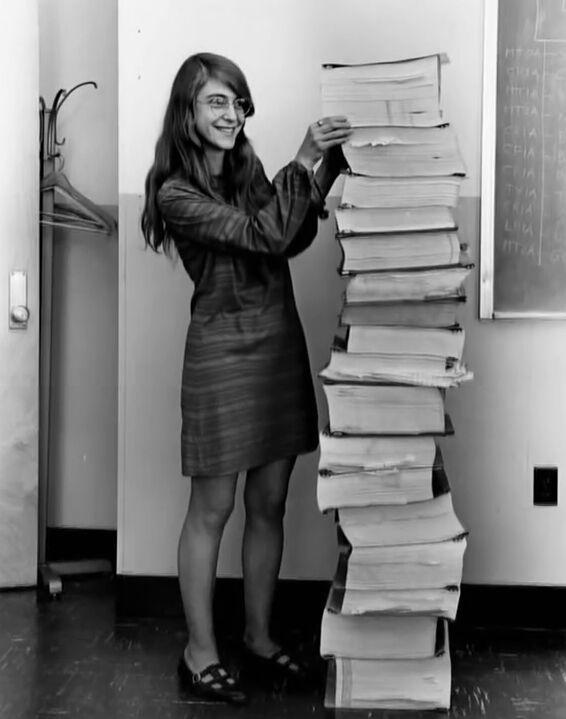 Маргарет Гамильтон, главный инженер программного обеспечения в NASA. А рядом программа управления миссией Аполлон, которую она написала.