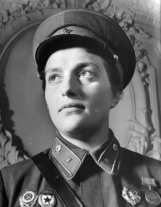 Lyudmila-Pavlichenko-russian-female-sniper